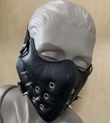 Zwart leren mondmasker met Spikes van NLLeather - nl-blmm2